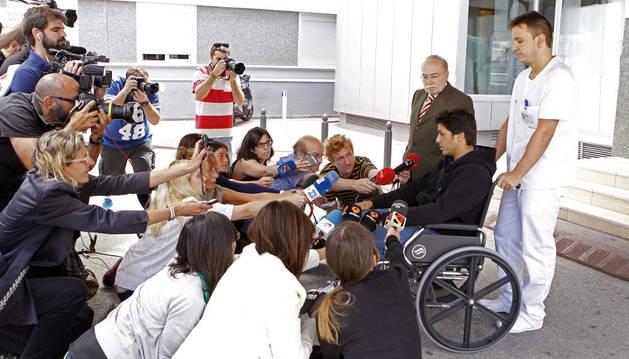 Francisco Rivera atiende a los medios a su salida del hospital Quirón de Zaragoza.