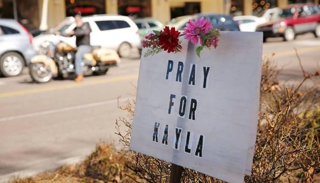 El cartel con un mensaje para rezar por Kayla