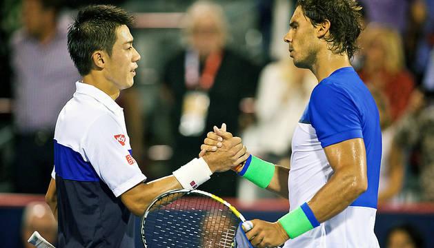 Kei Nishikori y Rafael Nadal se saludan tras el encuentro.