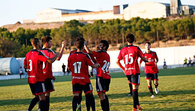 Los jugadores de Osasuna celebran un gol al Mirandés en Fustiñana.