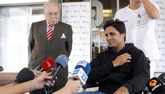 El torero Francisco Rivera (d), acompañado por el cirujano Carlos Val-Carreres, atiende a los medios de comunicación a su salida del hospital Quirón de Zaragoza.