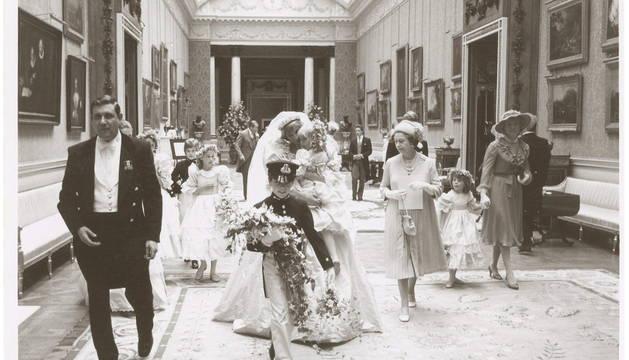 Fotografía inédita que muestra a Diana de Gales (c) llevando en brazos a la dama de honor de 5 años, Clementine Hambro, junto a la reina Isabel II (3-d).