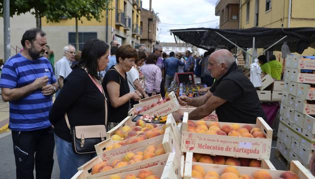 Vendedores y Agricultores locales sacaron a la calle melocotones, paraguayos y nectarinas recolectadas el día anterior además de otros productos