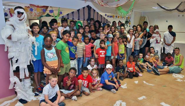 Niños y niñas que acuden a la ludoteca organizada por el equipo de Buztintxureando Buztintxuri.