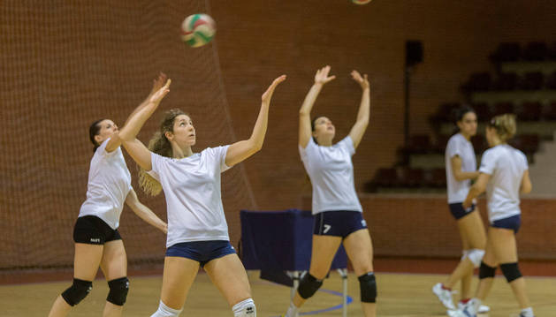 Silvia Araco, Maria Larrakoetxea y Clara Canet entrenando.