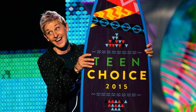 La actriz y presentadora Ellen DeGeneres gesticula al recoger un premio durante la gala.