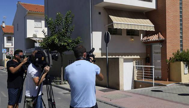 Varios cámaras toman imágenes de la vivienda en el número 1 de la calle Alberto Sola del municipio de Armilla en Granada, donde han ocurrido los hechos.