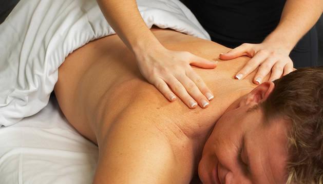 Dando un masaje en la espalda.
