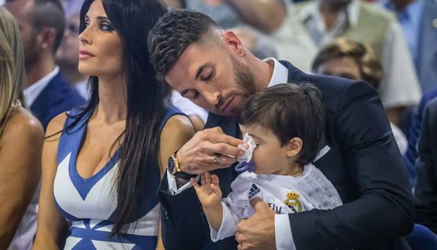 Sergio Ramos, junto a su mujer Pilar Rubio y su hijo.