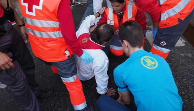 La Cruz Roja atiende a uno de los heridos.