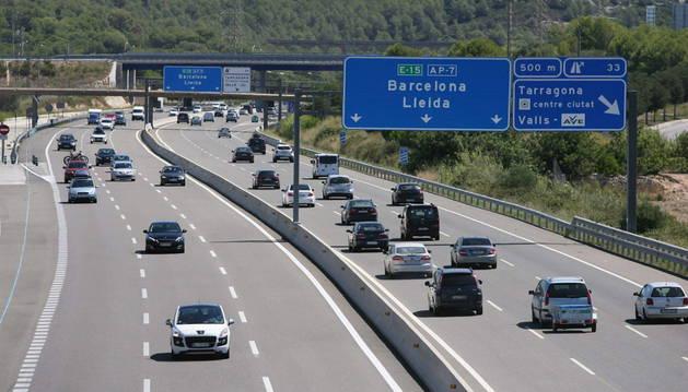 Vehículos en la AP-7, a su paso por la población de Constanti en Tarragona.