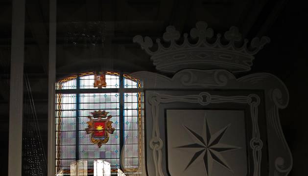 Una persona sale por la puerta principal del Ayuntamiento de Estella.