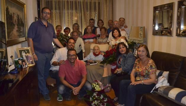 Teresa Lorea Jiménez, en su casa de Azagra acompañada por autoridades, amigos y familiares.