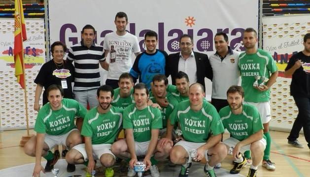 Imagen de la plantilla de Koxka Taberna cuando conquistó el título nacional de fútbol sala amateur.