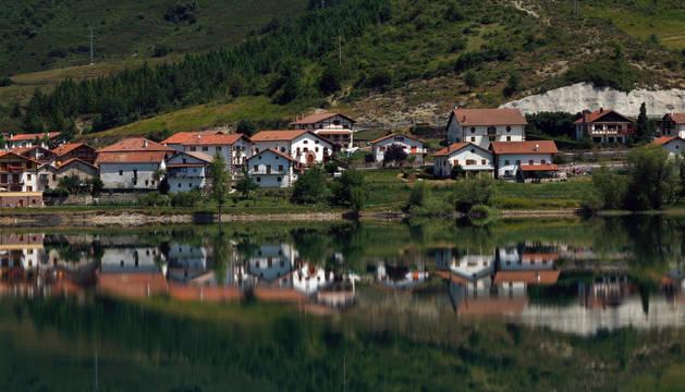 Una vista general de la localidad de Eugi, inicio y final este domingo por la mañana de la carrera que da la vuelta al pantano.
