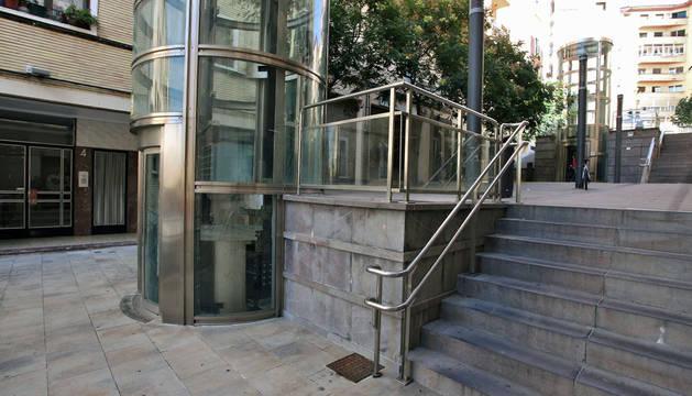 Un ascensor público de la Milagrosa lleva mes y medio averiado