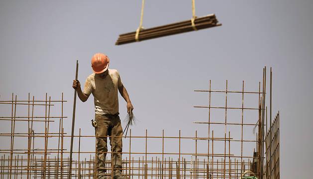 Un obrero trabajando en la construcción de viviendas.