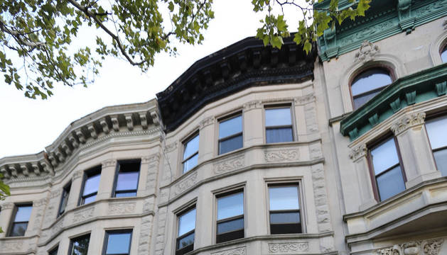 Exterior de la vivienda frente a la que apareció apuñalada la nieta del actor.