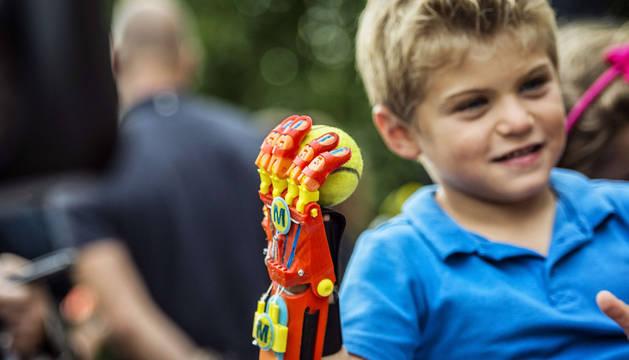 Un niño recibe una mano impresa en 3D por solo 50 euros