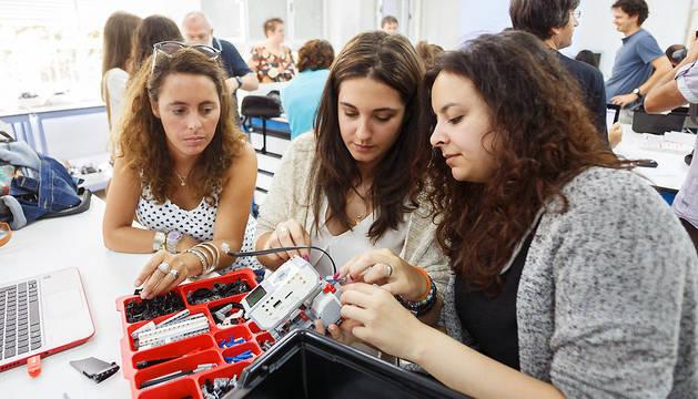 Participantes en el curso de robótica educativa de la UPNA trabajan con un robot