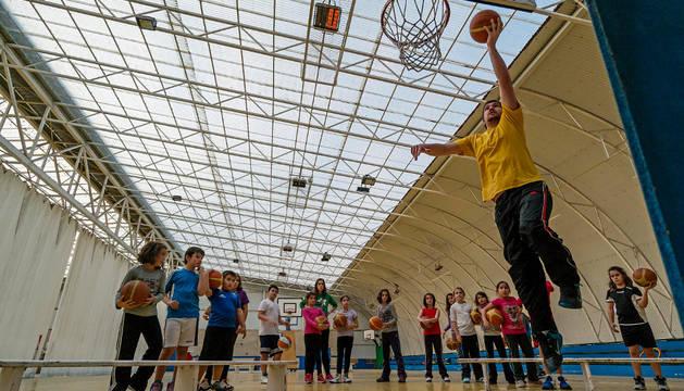 Un entrenamiento de baloncesto en la carpa antes de que iniciase las obras.