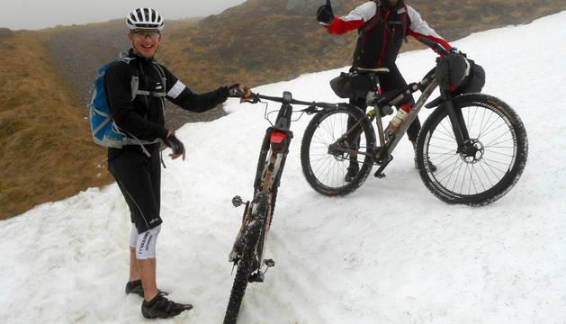 El murchantino Javier Simón García, a la derecha, durante la ruta en bicicleta que realizó a través de las Highlands escocesas.
