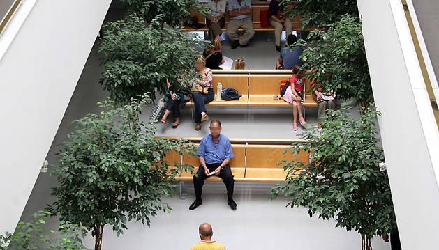 Varias personas esperan para ser atendidos en un centro sanitario.