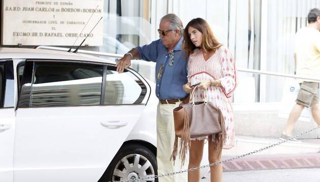 Lourdes Montes acude a ver a su marido después de la cogida.