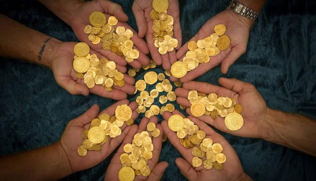 Encuentran 51 monedas de la época de Felipe V y un cordón de oro de 12 metros