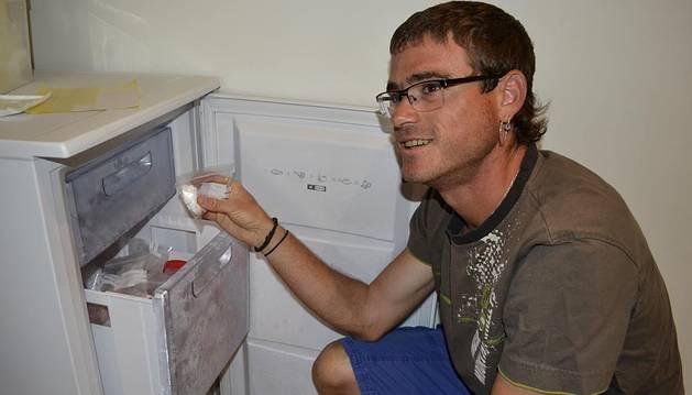 Joseba López, junto al congelador en el que guarda las muestras con las que entrenan al animal.