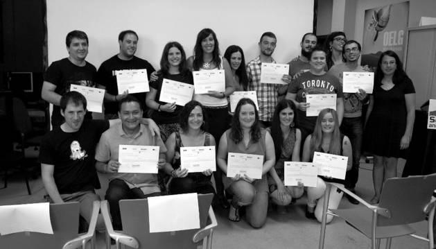 Los participantes en el curso, con sus diplomas.