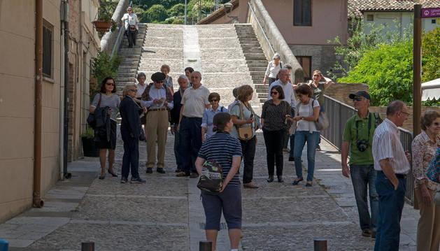Un grupo de turistas en la confluencia entre el barrio monumental y el de San Miguel.