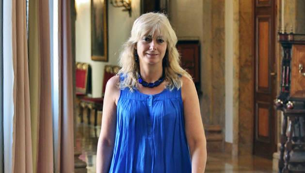 Ana Ollo camina por uno de los pasillos de la planta noble del Palacio de Navarra.