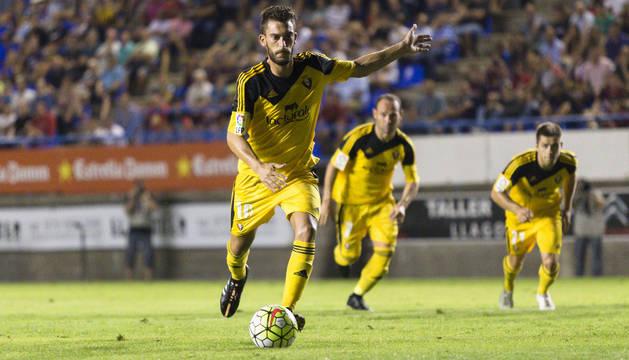 Roberto Torres dispara el penalti contra el Llagostera.