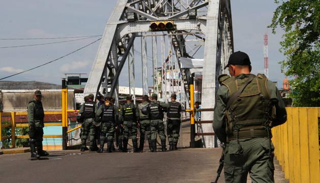 Maduro cierra la frontera occidental de Venezuela con Colombia