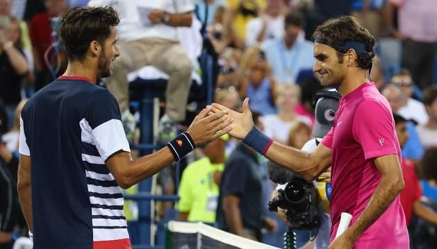 Feliciano felicita a Federer.