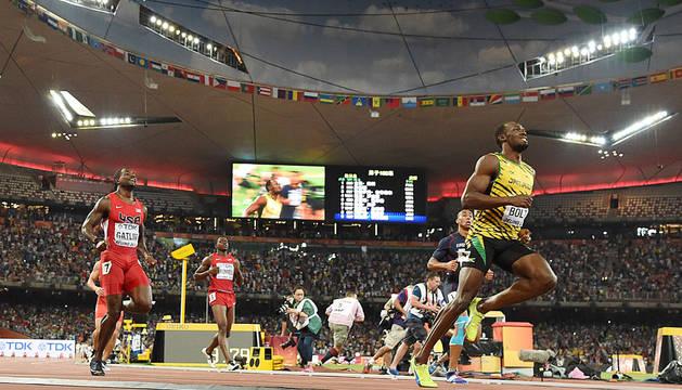 Bolt bate al pretendiente Gatlin y retiene el título de 100 metros