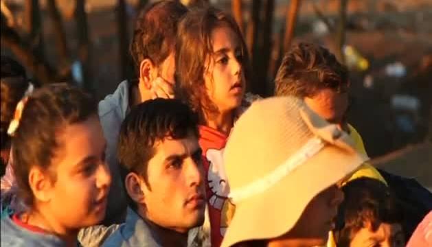 Cientos de personas traspasan la frontera entre Grecia y Macedonia