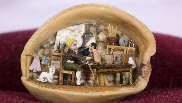 El carpintero Geppeto da vida a Pinocho dentro de un pistacho.