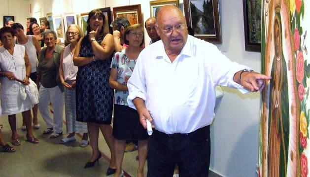 El artista Santos García, explicando una de sus obras.
