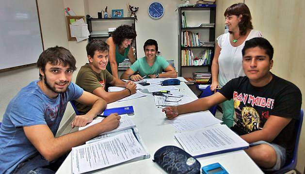 Sara Menaut (izda) y Amparo Ruiz, con cuatro alumnos, en la Academia San Fermín (en Padre Calatayud).