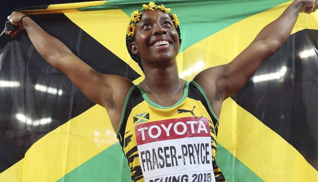 Shelly Fraser-Pryce celebra su victoria en la final de los 100m femeninos