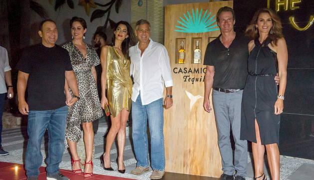 De izquierda a derecha: Michael Meldman y su mujer, Amal Alamuddin, George Clooney, Rande Gerber y Cindy Crawford.