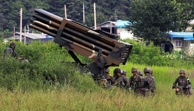 Soldados surcoreanos colocan un lanzacohetes.