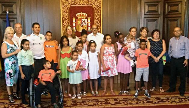 Alba, en el centro, con los representantes de los 105 menores que han pasado el verano en Navarra.