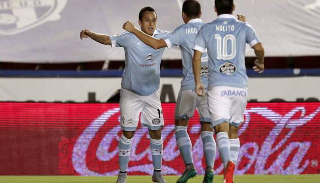 Fabián Orellana celebra con Aspas y Nolito el primer gol del Celta.