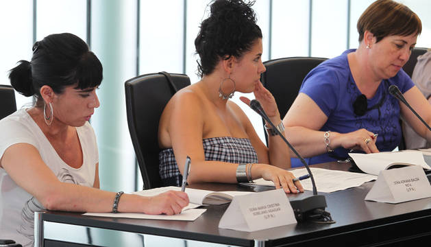 Cristina Ardanaz -derecha-, la anterior presidenta de la mancomunidad, durante un pleno del Ayuntamiento de Noáin