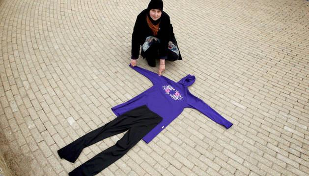 Una mujer musulmana muestra un burkini.