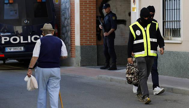 Agentes de la Policía Nacional, este martes en San Martín de la Vega (Madrid).