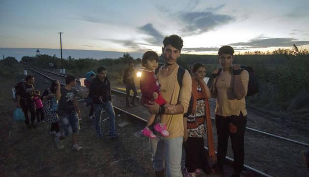 Inmigrantes asiáticos, en la frontera húngara.